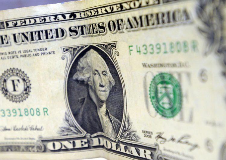 Dólar abre a semana com pequena alta
