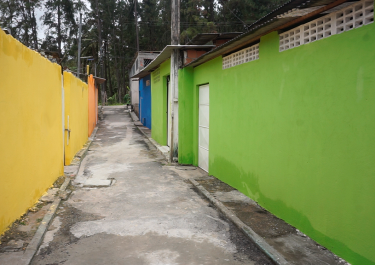 Moradores comemoram reformas de casas em Camaçari