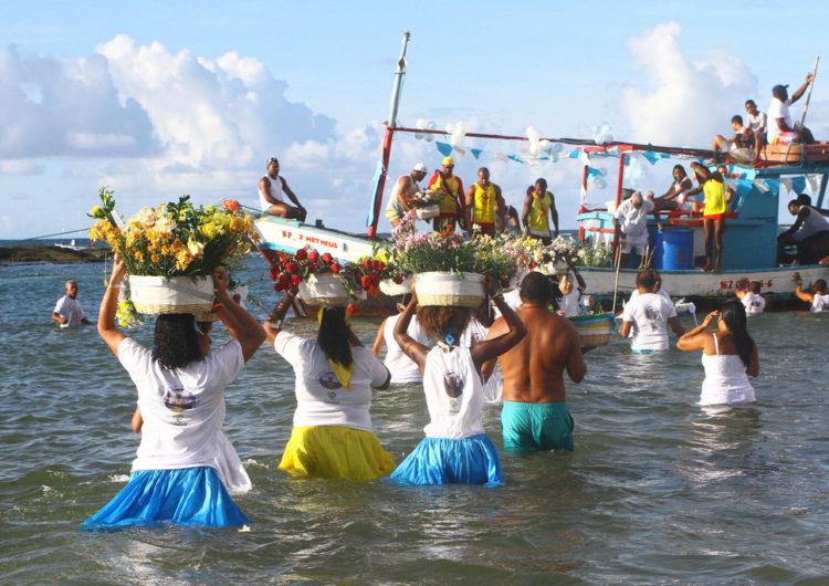 Yemanjá é celebrada na Costa de Camaçari