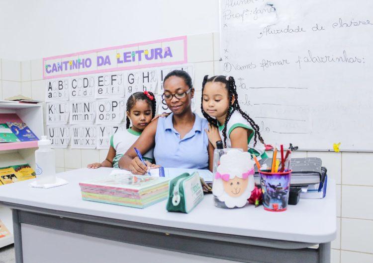 Diários escolares são distribuídos em Camaçari
