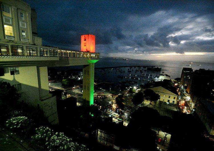 Elevador Lacerda é iluminado em homenagem às Comunidades Portuguesas