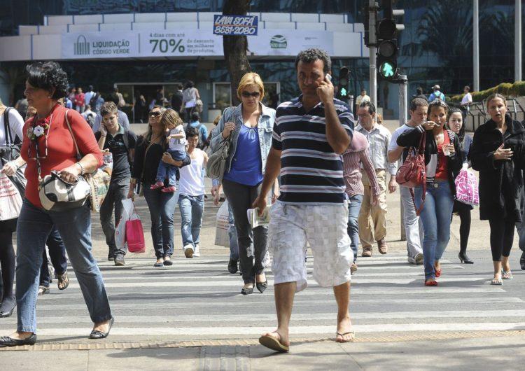 Taxa de desemprego no Brasil cai para 11,8%, diz IBGE