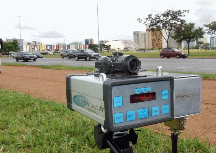 Bolsonaro manda suspender uso de radares móveis nas estradas federais