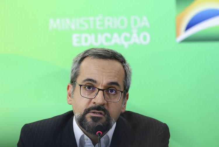 Ministro diz que Enem terá como foco conhecimentos objetivos
